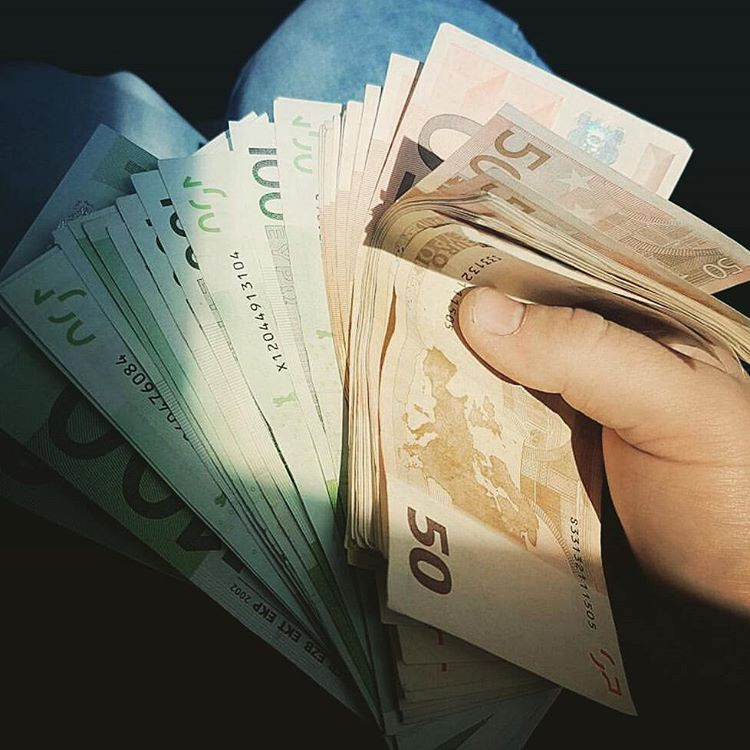 vis-cu-bani-interpretare