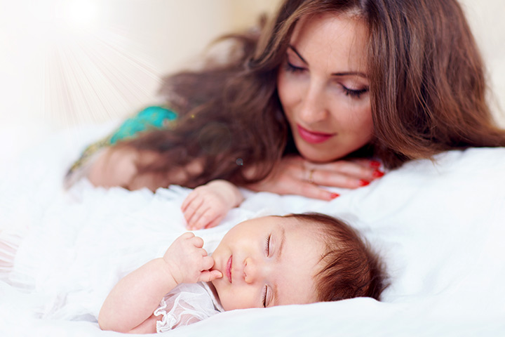 mama-se-uita-la-bebe-cum-doarme